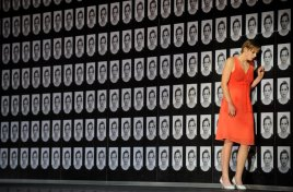 """Die Schauspielerin Jana Schulz als Elisabeth spielt am Donnerstag (19.11.2009) auf der Bühne im Schauspielhaus in Hamburg während der Fotoprobe zu """"Glaube Liebe Hoffnung"""". Das Theaterstück feierte am Sonntag (22.11.2009) Premiere. Foto: Marcus Brandt dpa/lno (zu dpa/lno-KORR. vom 23.11.2009) +++(c) dpa - Bildfunk+++"""